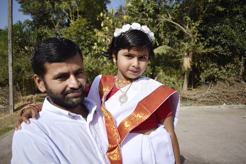 Een trotse vader met zijn dochter royalty-vrije stock afbeelding