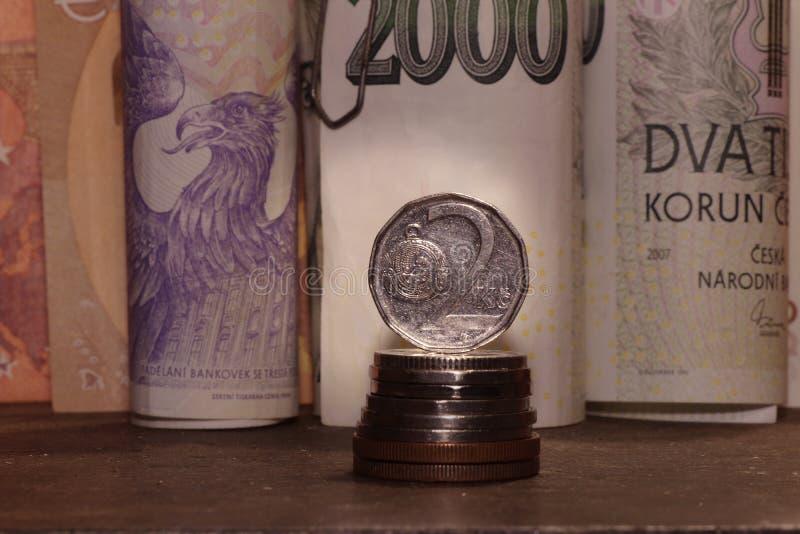 Een Tsjechisch geld op bureau Er zijn bankbiljetten en kronen stock foto