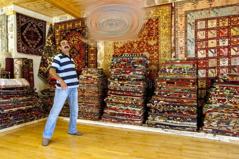 Een Turkse tapijtverkoper in Antalya in Turkije stock foto's