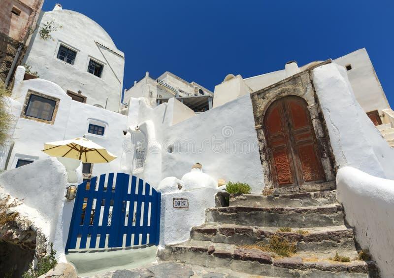 Een typisch huis in de stad van Oia in Santorini, Griekenland met gipspleister en steenmuren royalty-vrije stock foto's