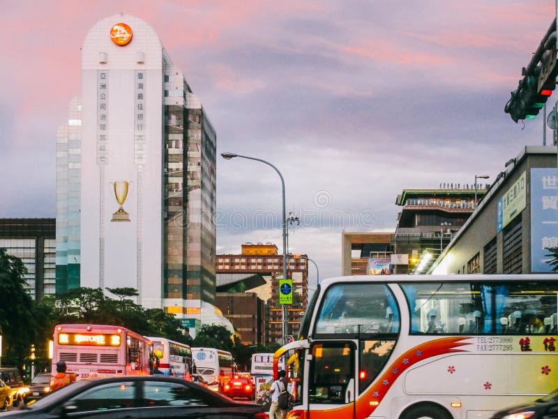 Een typische bezige straat in het centrum van Tapei van de binnenstad stock afbeelding