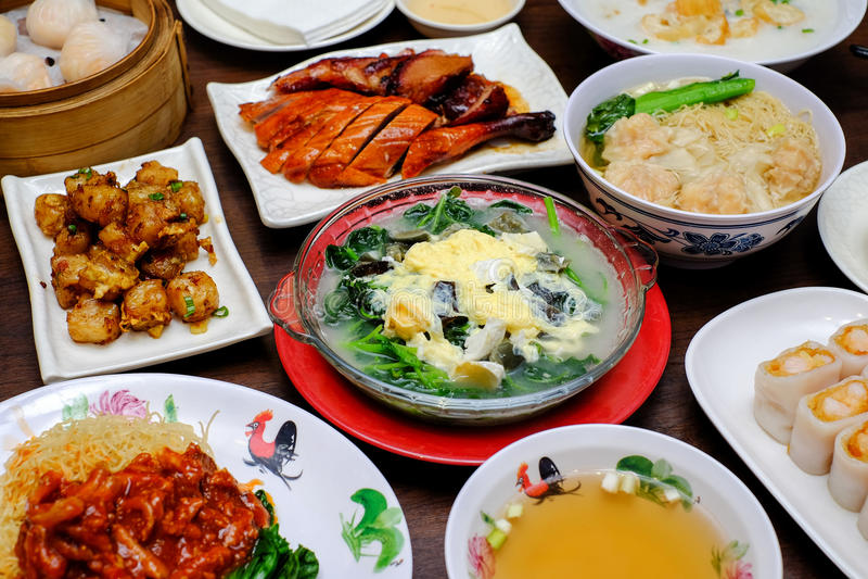 Een typische Chinese voedselmaaltijd op de lijst royalty-vrije stock foto's