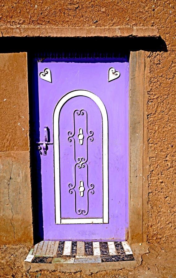 Een typische gekleurde deur in een Berber-dorp in Marokko stock afbeeldingen