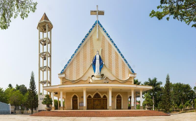 Een typische gemeenschappelijke kerk in de stad van Kon Tum in de Centrale Hooglanden van Vietnam royalty-vrije stock afbeeldingen