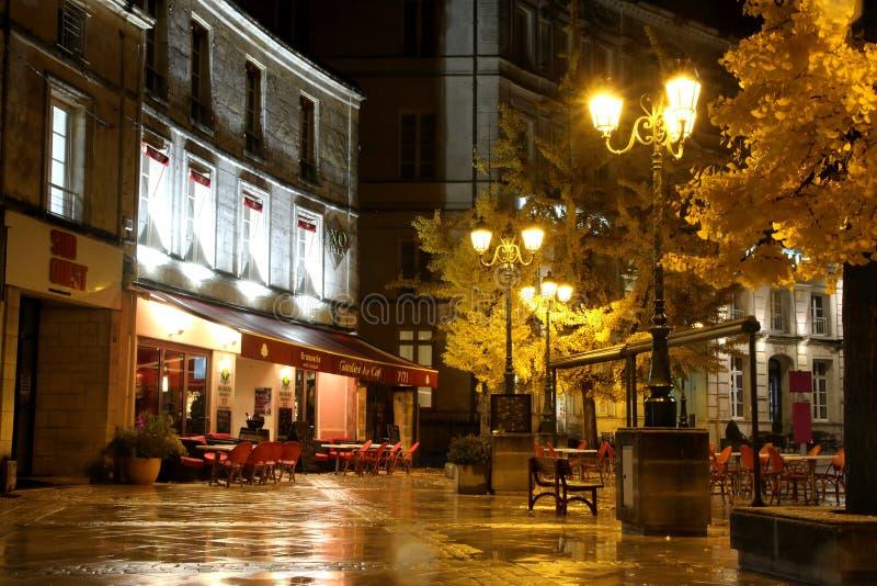 Een typische scène van de avondstraat van een koffie of een restaurant in Frankrijk stock afbeelding
