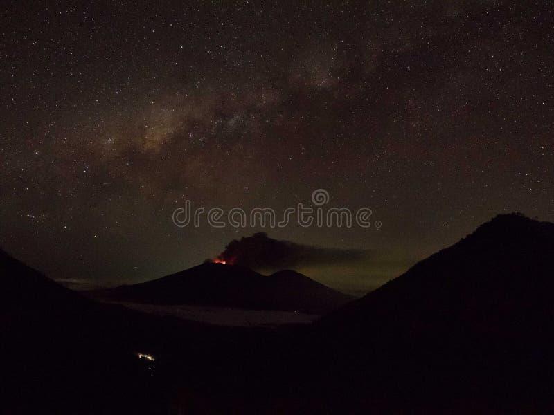 Een uitbarsting van MT Raung bij nacht, Java, Indonesië royalty-vrije stock afbeeldingen
