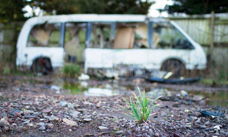 Een uiterst kleine installatie voor een gesloopte minibus stock foto