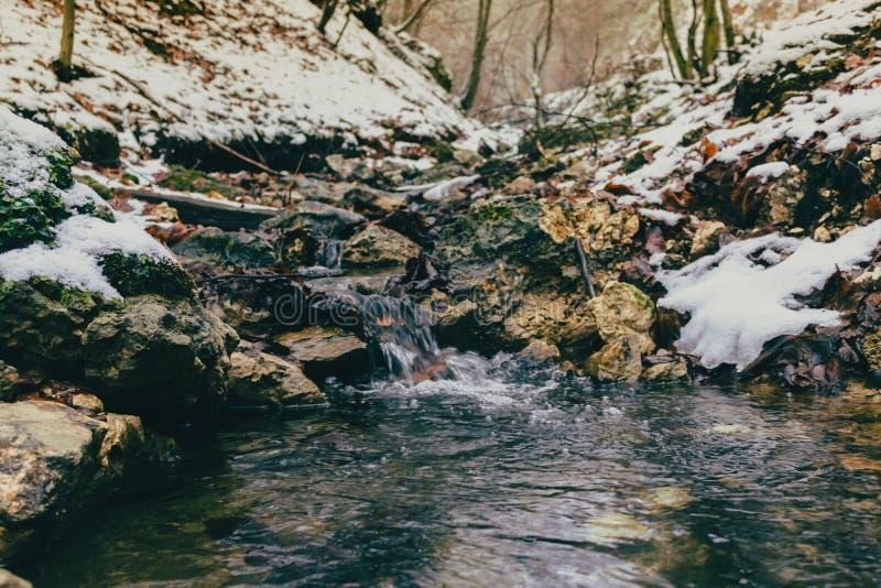 Een uiterst kleine waterstroom tijdens de winter stock foto