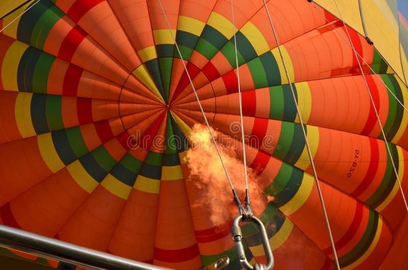 Een uitgaande stijging van de brandballon royalty-vrije stock afbeelding