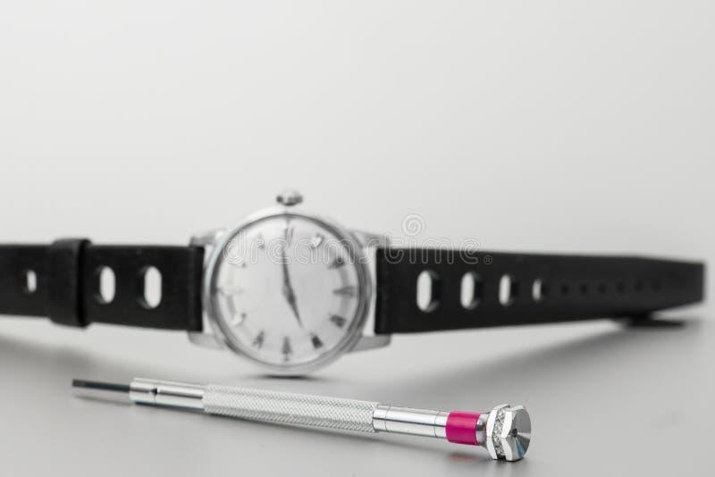 Een uitstekend horloge met schroevedraaierhulpmiddel royalty-vrije stock afbeeldingen