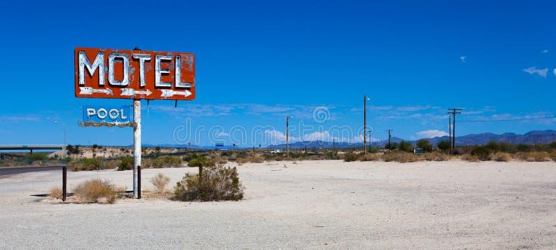Een uitstekend teken van het neonmotel in de woestijn stock fotografie
