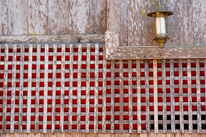 Een uniek ontwerp van een buiten houten muur van het huis van de dorpsbewoner stock fotografie