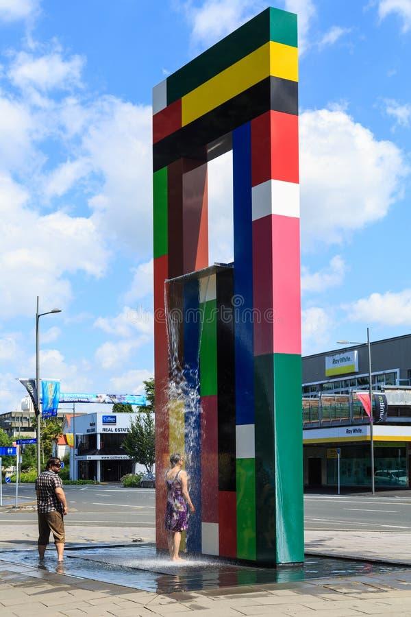 Een unieke hoge beeldhouwwerk en een fontein met drie verdiepingen Hamilton, Nieuw Zeeland royalty-vrije stock afbeeldingen