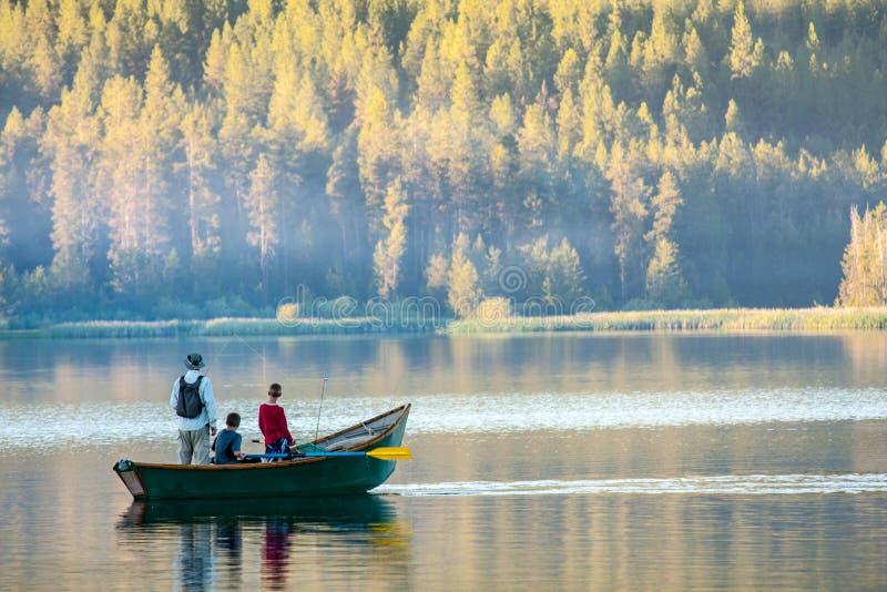 Een vader en twee zonen die in Idaho vissen stock afbeelding