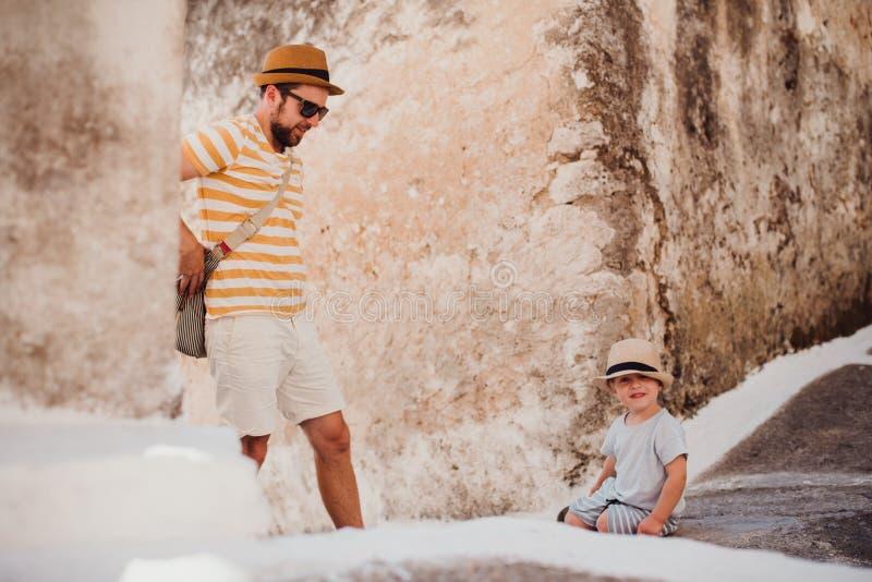 Een vader met peuterzoon in stad op de zomervakantie stock afbeelding