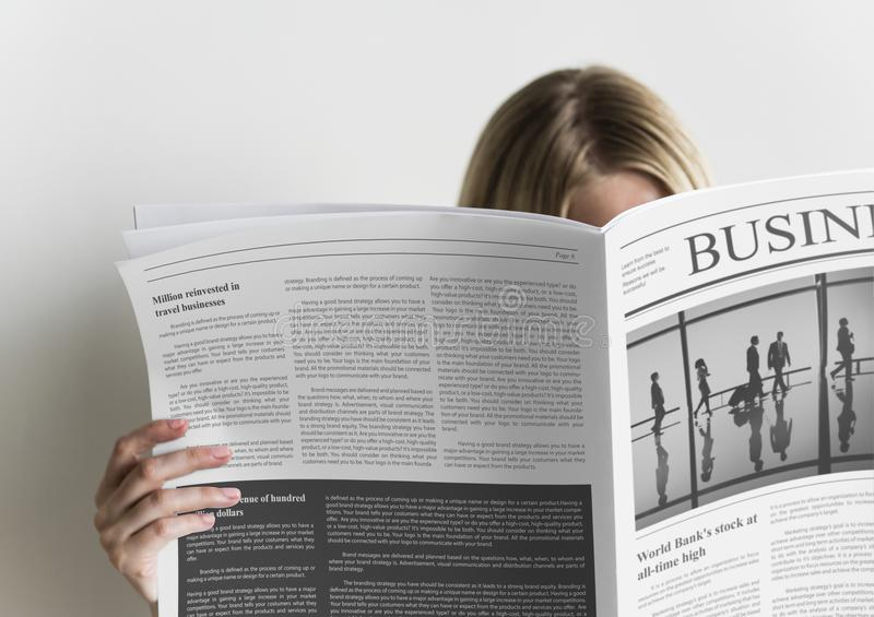 Een van de bedrijfs vrouwenlezing krant royalty-vrije stock foto