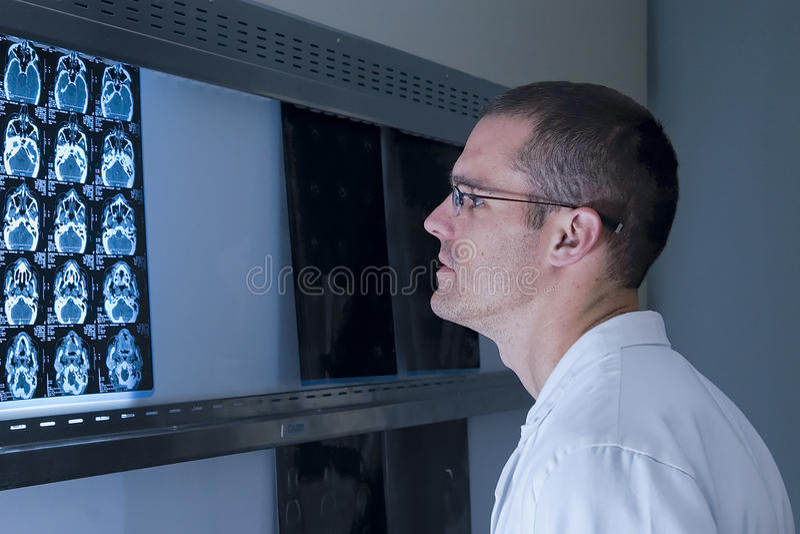 Een van de Oorneus en Keel Arts het bekijken röntgenstralen stock foto