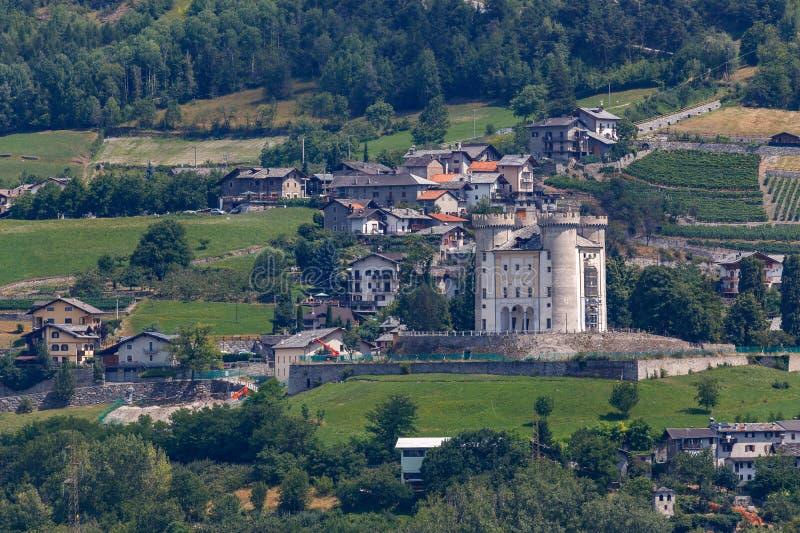 Een van de vele kastelen in Aosta Valley royalty-vrije stock afbeeldingen