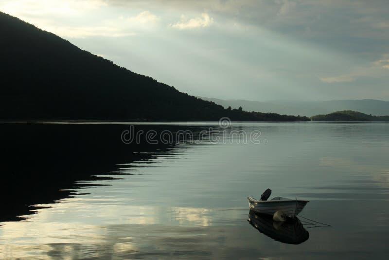 Een vastgelegde motorboot bij zonsondergang dichtbij Dimmelsvik, Noorwegen royalty-vrije stock foto's