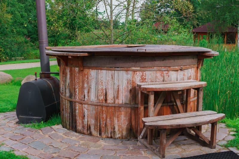 Een vat met verwarmd water, voor het nemen van waterprocedures royalty-vrije stock fotografie