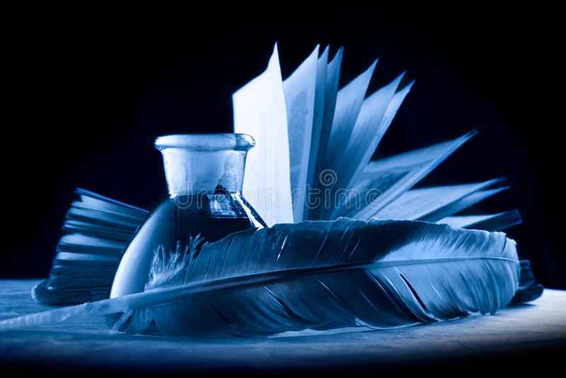 Een veer met het flessenhoogtepunt van inkt stock foto's