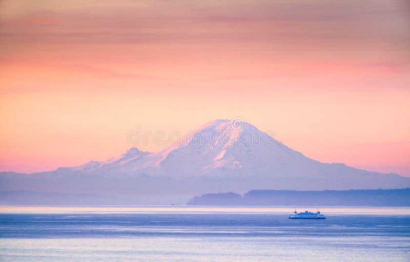 Een veerboot kruising Puget Sound bij zonsopgang met Onderstel Regenachtigere I royalty-vrije stock foto's
