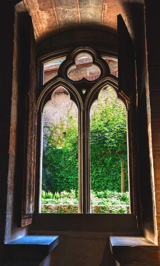 Een venster in Chillon-kasteel in Zwitserland stock afbeelding