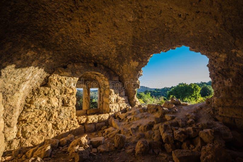 Een venster in de ruïnes van een oud Arabisch huis stock foto