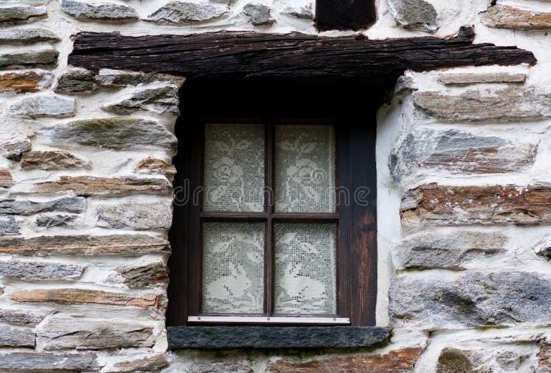Een venster in het oude huis stock afbeelding