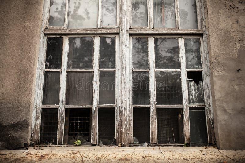 Een venster met een gebroken ruit Gebroken Glas royalty-vrije stock afbeelding