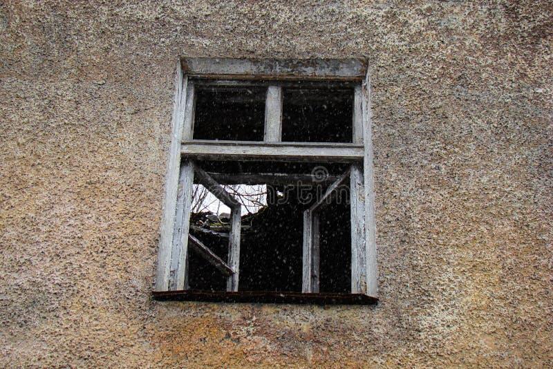 Een venster in een oud geruïneerd huis royalty-vrije stock fotografie