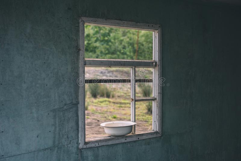 Een venster in een oud verlaten huis royalty-vrije stock afbeelding