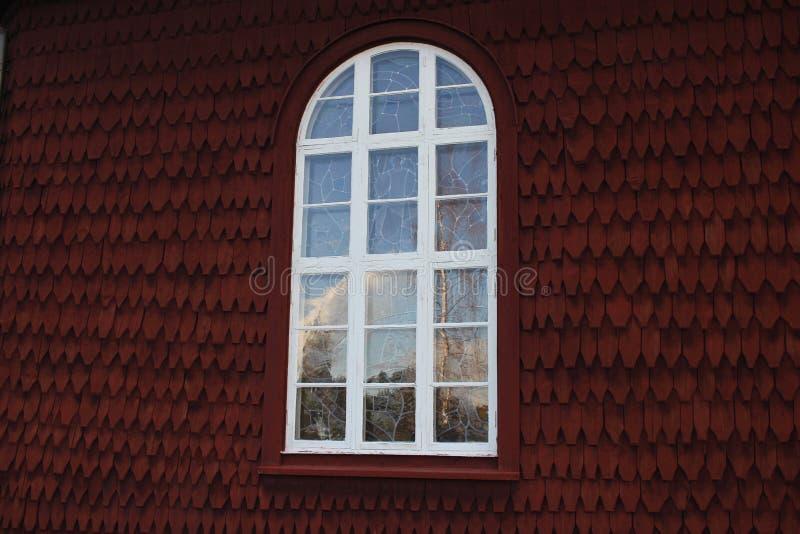 Een venster van een rode kerk stock afbeeldingen