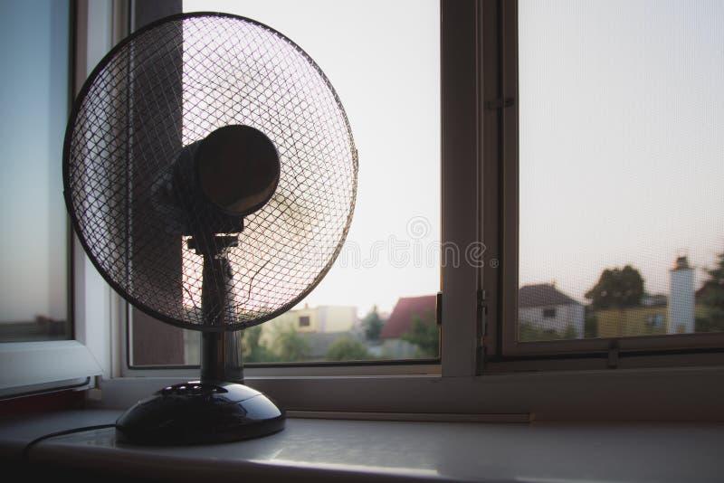 Een ventilator die zich op de venstervensterbank bevinden stock fotografie