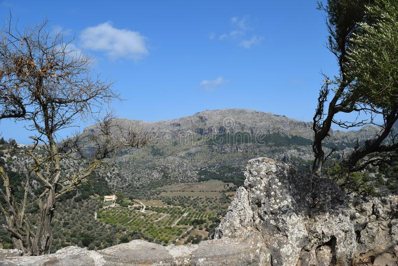 Een verbazende mening van Lluc aan mooie hoogste bergen en heuvels stock afbeelding