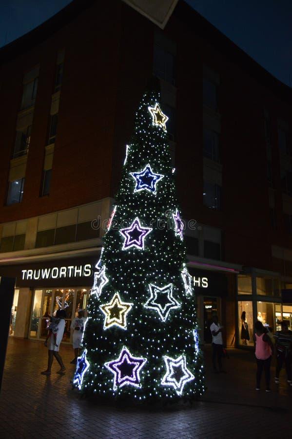 Een verfraaide kunstmatige Kerstmisboom in Melrose Boog in Johannesburg royalty-vrije stock foto