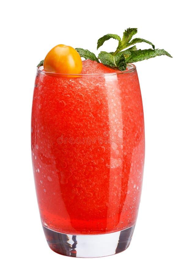 Een verfrissende fruitcocktail Een verfrissende drank met een vlees van rode die bessen, met munt en physalis wordt verfraaid royalty-vrije stock foto's
