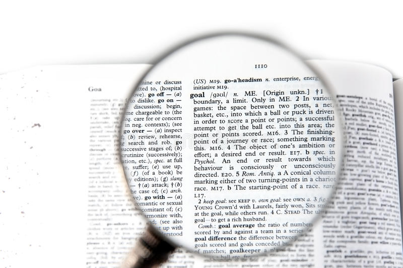 Een vergrootglas op het woorddoel stock foto's