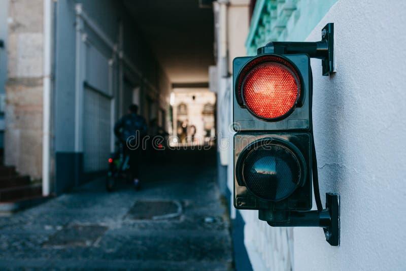 Een verkeerslicht op de muur in Lissabon in Portugal royalty-vrije stock afbeelding