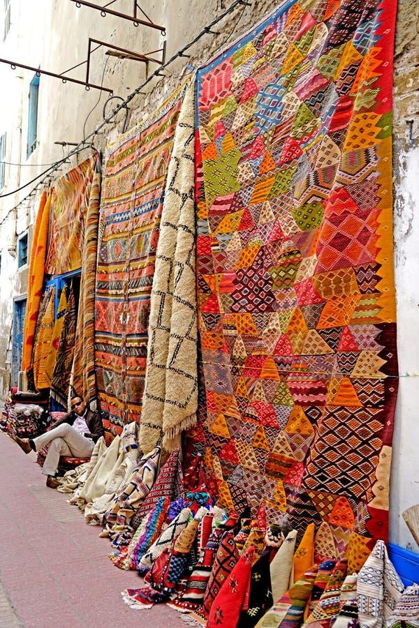 Een verkoper van het dekentapijt in medina van Essaouira royalty-vrije stock afbeelding