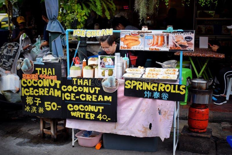 Een verkoper van het Straatvoedsel bij nachtmarkt bij Khaosan-Road stock foto's