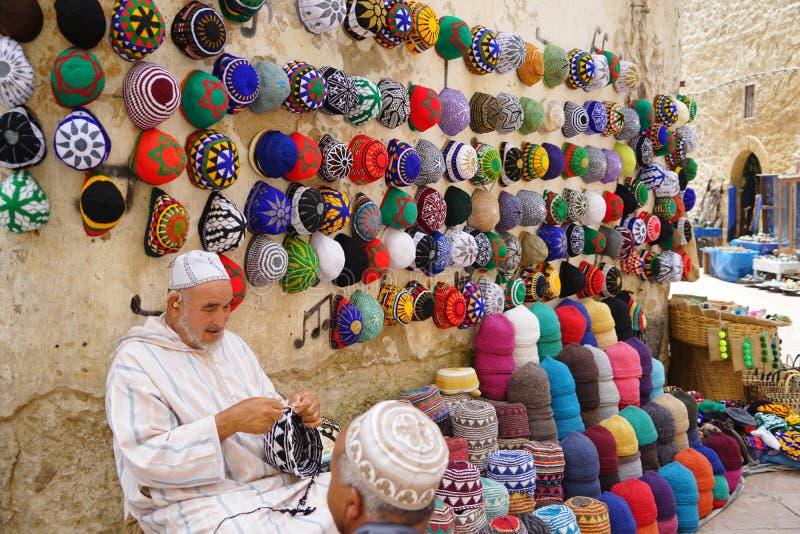 Een verkoper van typische Marokkaanse hoeden in Essaouira royalty-vrije stock afbeeldingen
