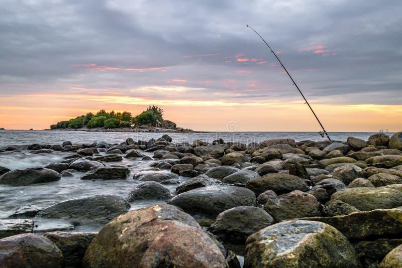 Een verlaten hengel bevindt zich op de strandboulevard in St Petersbu royalty-vrije stock afbeeldingen