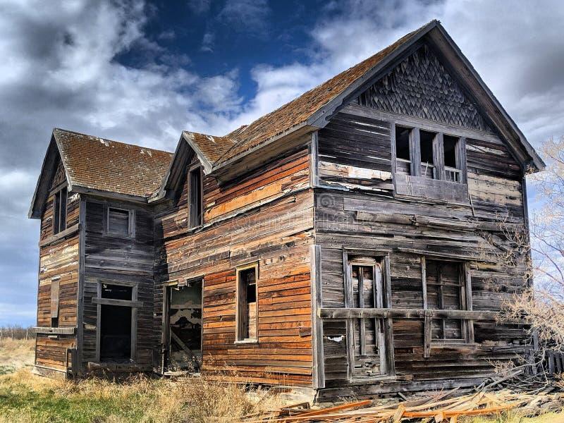 Een verlaten landbouwbedrijfhuis in Saskatchewan, Canada stock foto