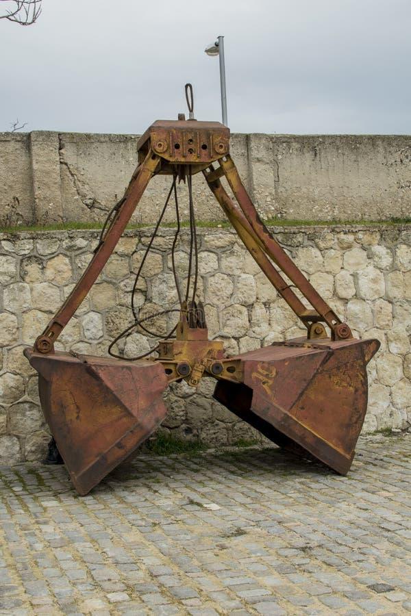 Een verlaten oude dubbele emmer van een graafwerktuig bij de zeepost in Varna royalty-vrije stock fotografie