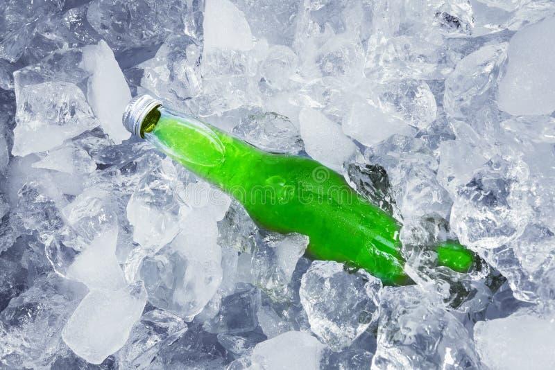 Een vers bier in ijsblokje stock afbeelding