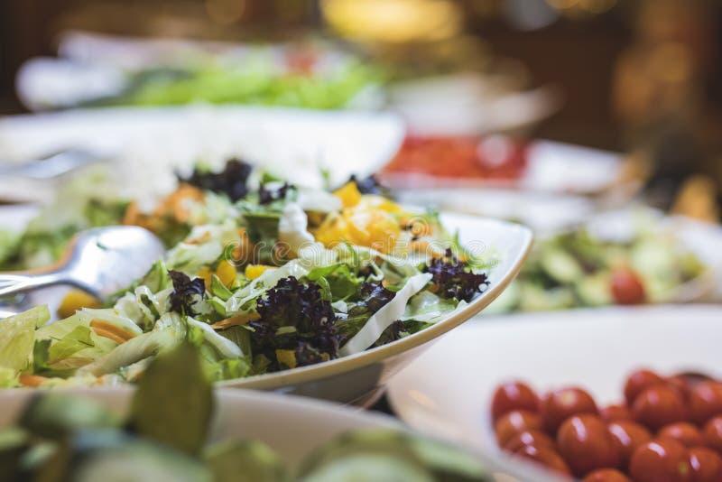 Een vers buffet van gezonde salades stock afbeeldingen