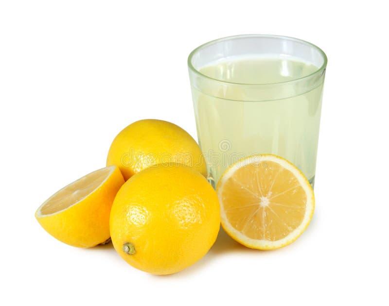 Een vers gedrukt glas citroensap. royalty-vrije stock afbeeldingen