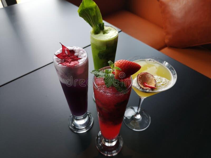 Een verscheidenheid van verse Aziatische cocktails en Dranken stock afbeeldingen