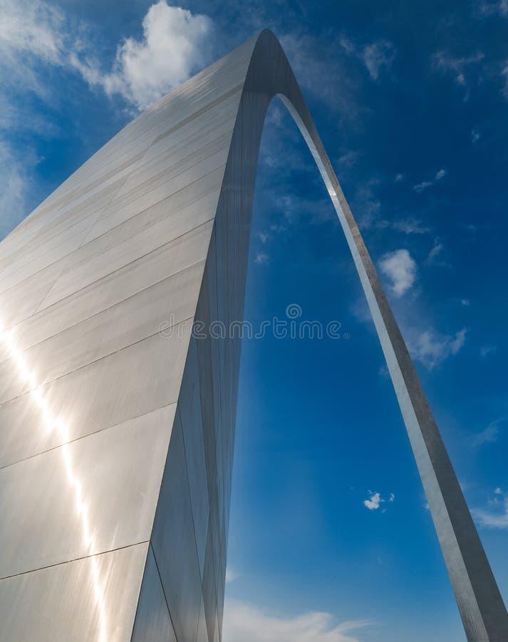 Een verschillend ongebruikelijk perspectief van de boog van de poortmanier in misouri van St.Louis royalty-vrije stock fotografie